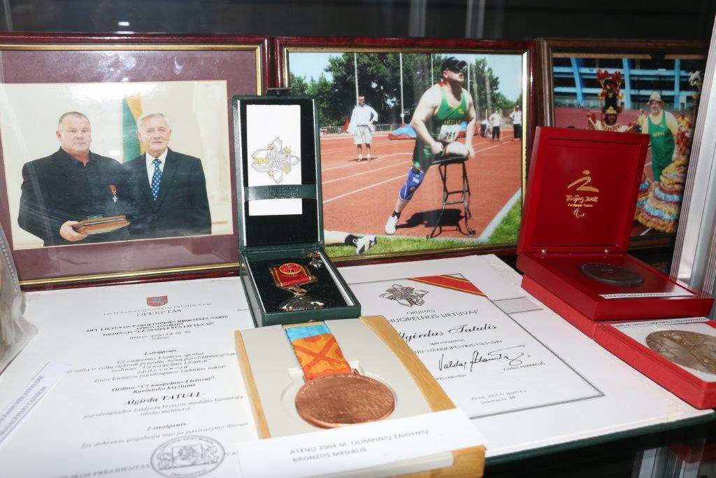 """Savivaldybėje – neįgaliųjų sportinio sveikatingumo klubo """"Viltis"""" paroda """"Parolimpinis judėjimas ir jo apdovanojimai"""""""
