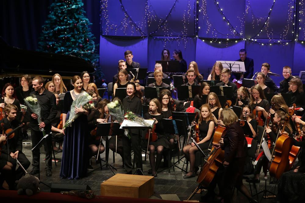 """Alytaus muzikos mokyklos simfoninio orkestro """"Svajonė"""" naujametis koncertas skleidė šventinę dvasią"""