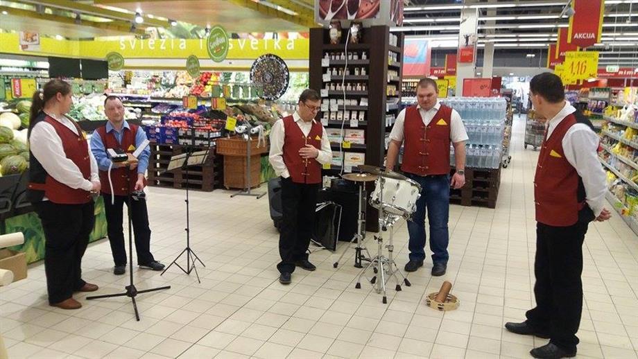 Socialinių paslaugų centras prekybos centro lankytojams dovanojo gyvos muzikos garsus