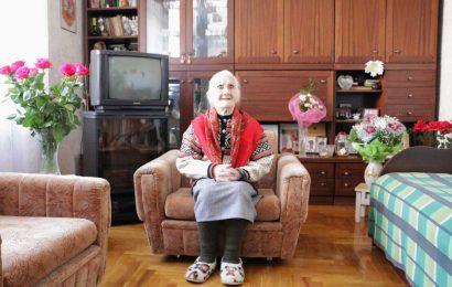 Šimtametė alytiškė svečius pasitinka su šypsena