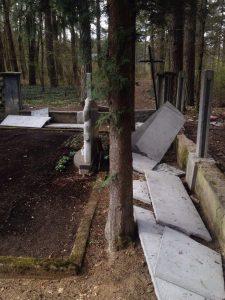 Suniokota Daugų gatvės kapinių tvora bus atstatyta 1