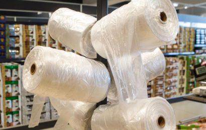 Plastikinių pirkinių maišelių sunaudota mažiau 11