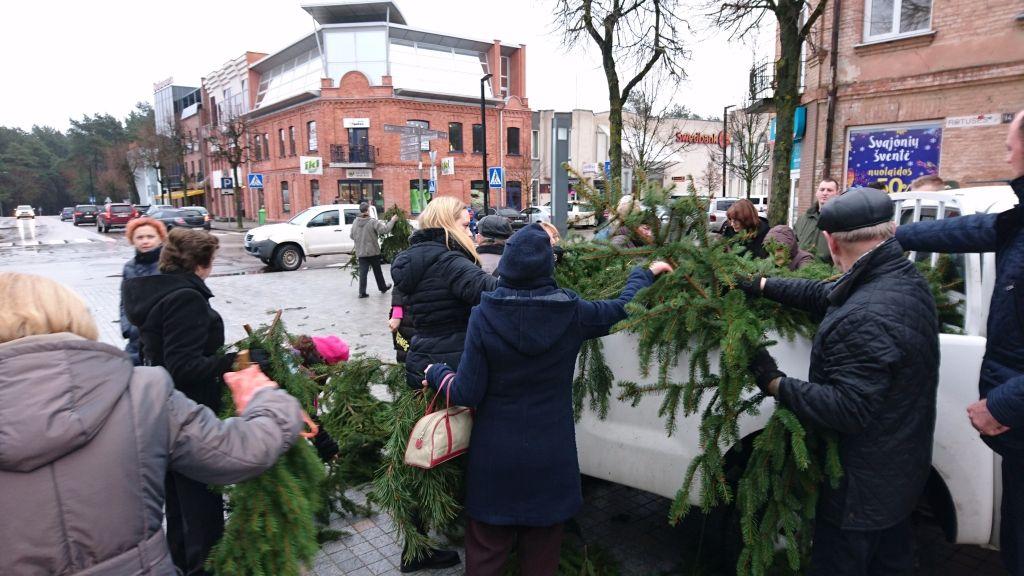 """Akcija """"Parsinešk Kalėdas į savo namus"""": nemokamai bus išdalinta tūkstančiai eglių šakų"""