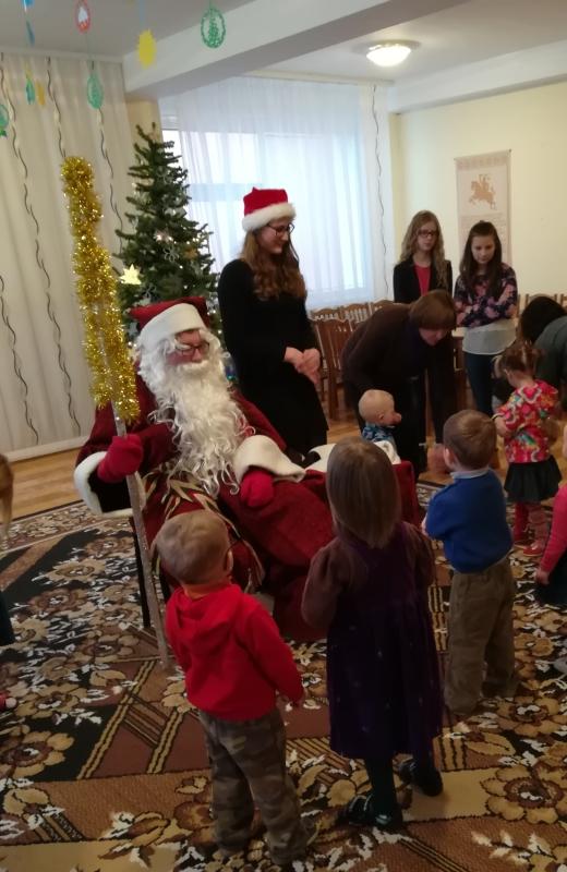Alovės mokiniai įteikė dovanas globojamiems vaikams
