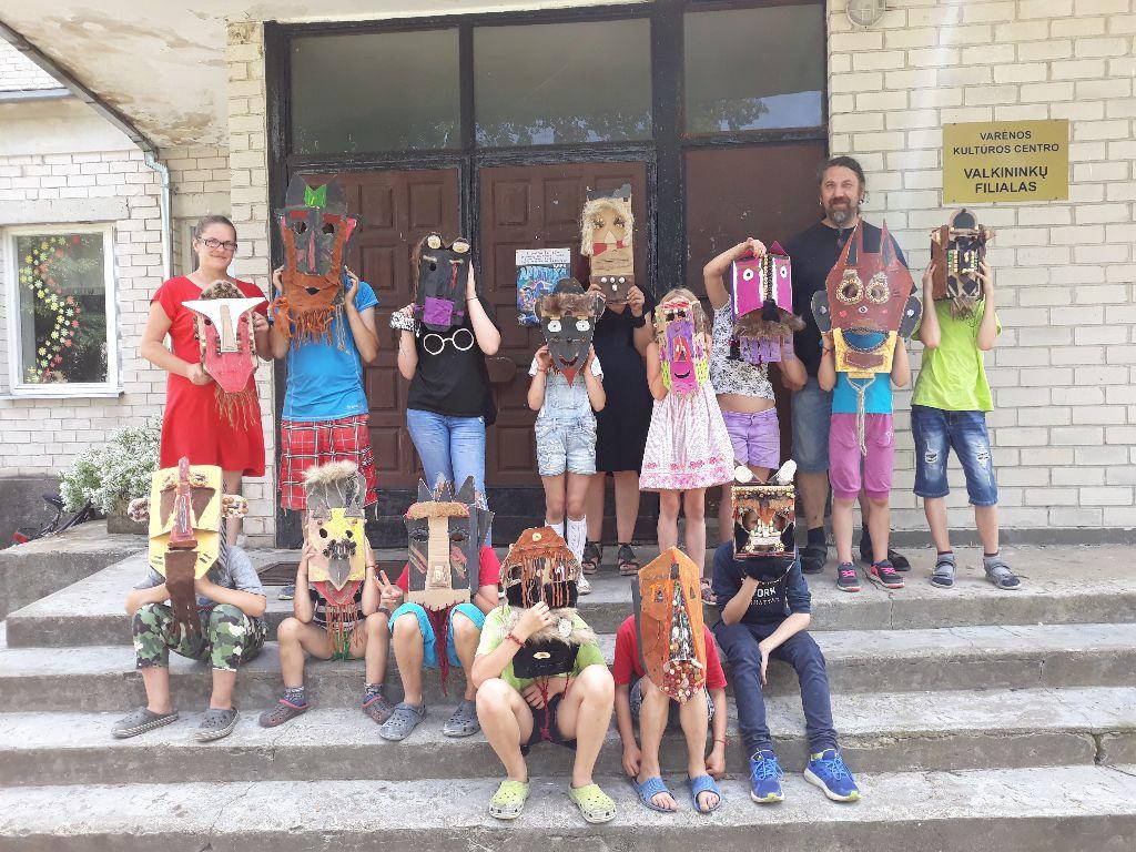 Valkininkuose jaunieji stovyklautojai lavino meninius gebėjimus