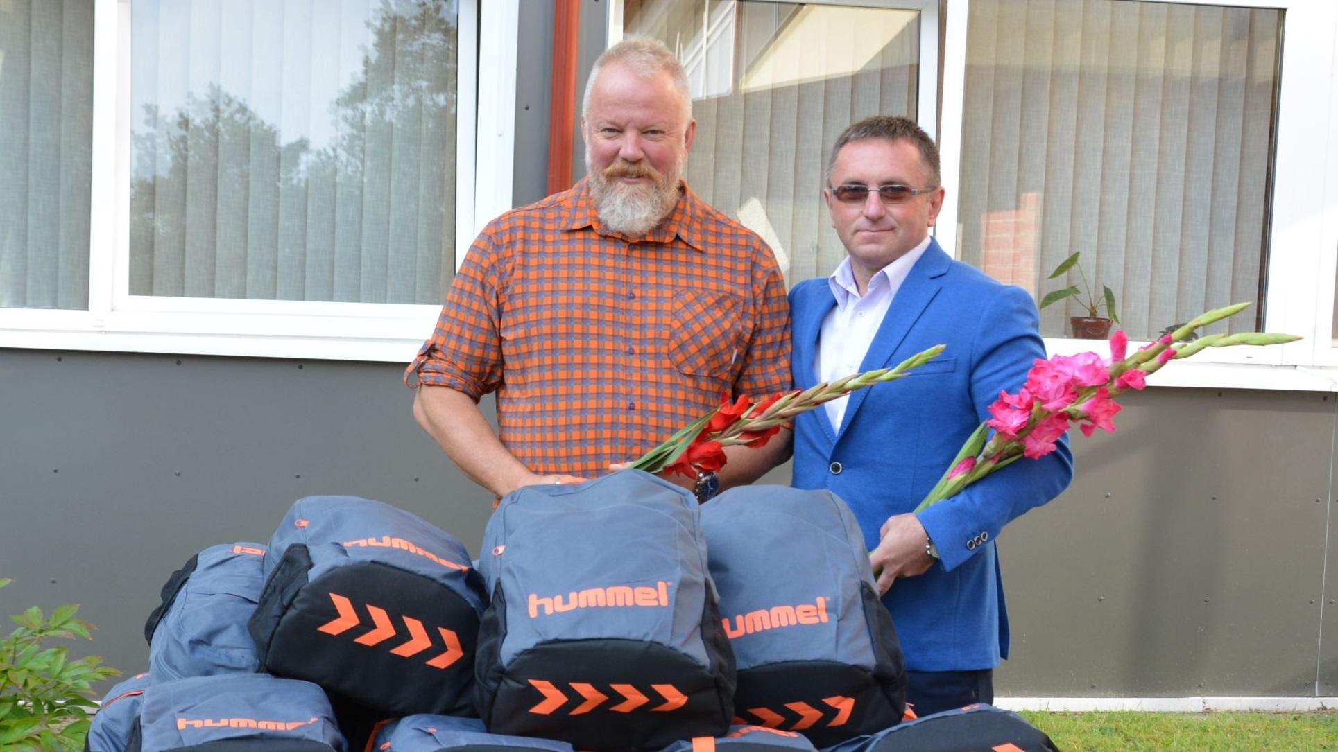 """Labdaros ir paramos fondo """"Sporto viltys"""" dovanomis džiaugiasi dvidešimt Varėnos penktokų"""
