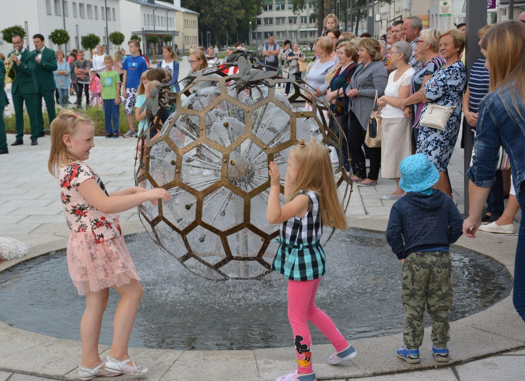 Atnaujintoje Varėnos centrinėje pėsčiųjų gatvėje – krašto simbolikos akcentai