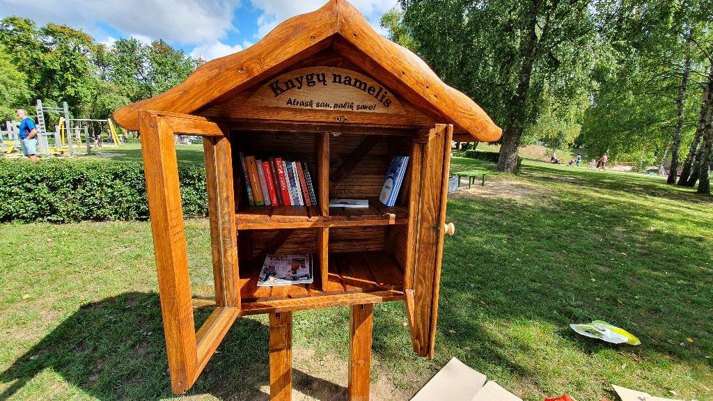 Jaunimo parke pastatytas knygų namelis laukia norinčių skaityti ir dalintis 1