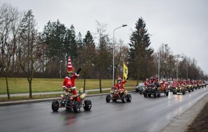 Kalėdinę dvasią į Alytų ant keturračių atvežė Kalėdų seneliai