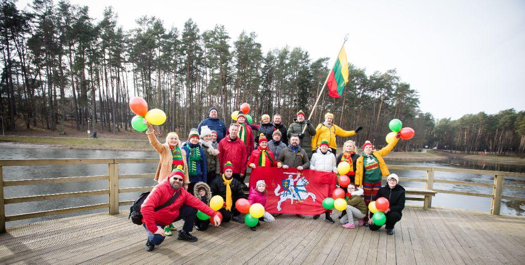 Alytaus sveikuolių sveikinimai Lietuvai - su trispalve lediniame vandenyje 3