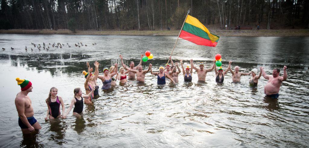Alytaus sveikuolių sveikinimai Lietuvai - su trispalve lediniame vandenyje 2
