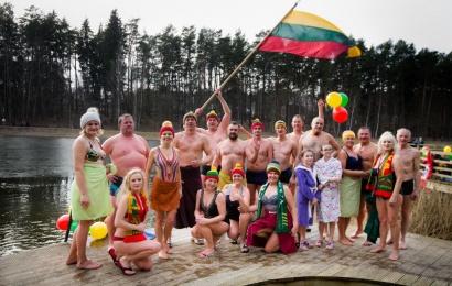 Alytaus sveikuolių sveikinimai Lietuvai – su trispalve lediniame vandenyje
