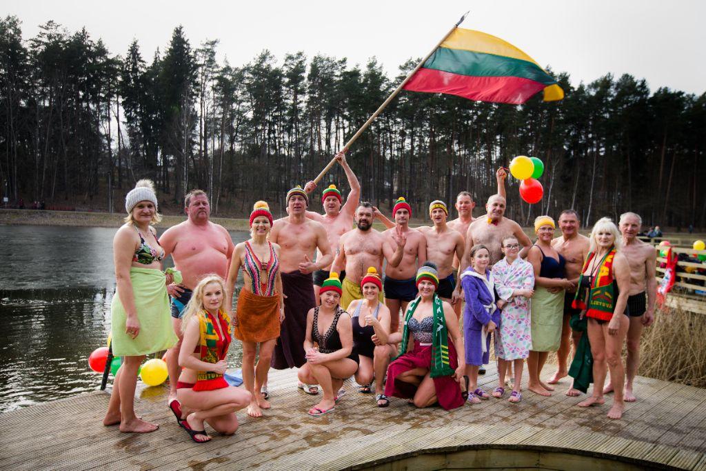 Alytaus sveikuolių sveikinimai Lietuvai - su trispalve lediniame vandenyje 1