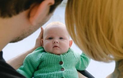 Sutuoktiniai ryžosi įsivaikinti kūdikį su galima klausos negalia