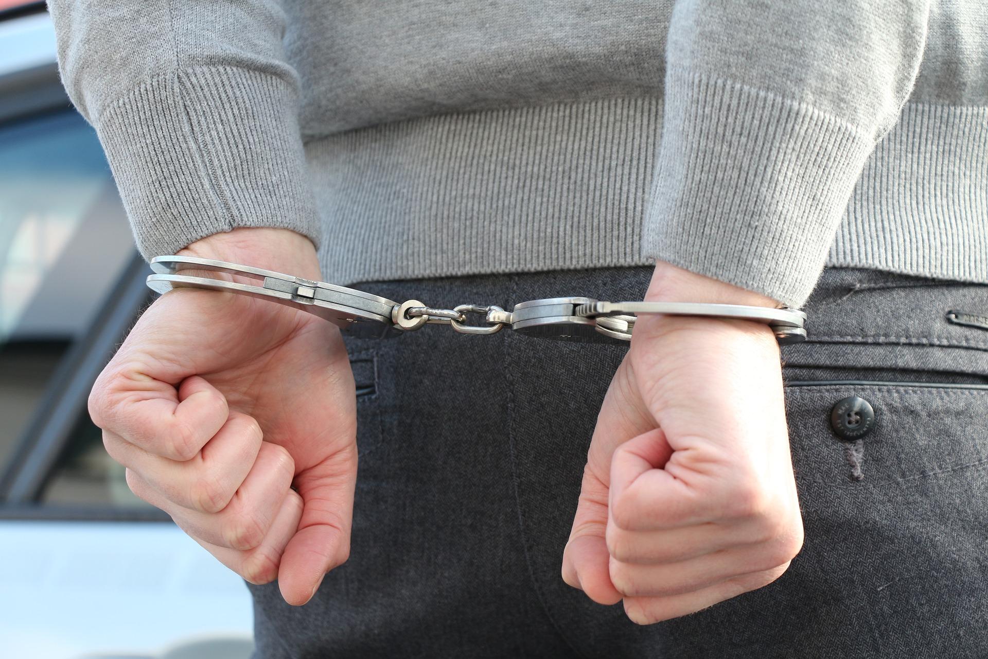 Iš savivaldybės Alytaus verslininką kriminalistai išvedė su antrankiais 1