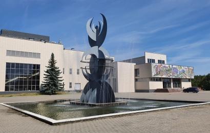 Ne balandžio 1-osios pokštas: fontanas prie Alytaus sporto rūmų vėl veikia!