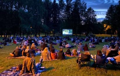 """Du rugpjūčio ketvirtadienius Alytuje – kultinių """"Kino pavasario"""" filmų nemokami seansai"""