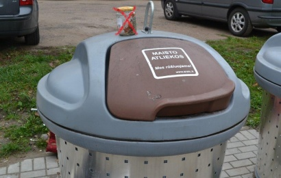 Ačiū, kad rūšiuojate maisto atliekas, bet stiklainius meskite atskirai