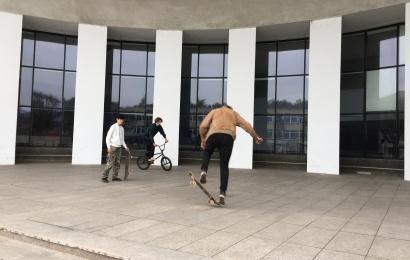 Stogas virš Alytaus miesto teatro laiptų – jaunųjų riedlentininkų išsigelbėjimas