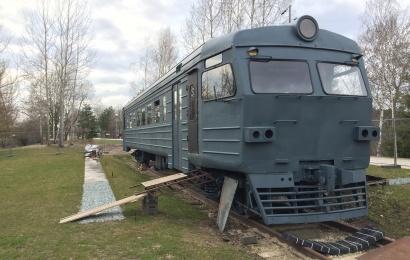 Traukinio-kavinės ant senojo geležinkelio alytiškiams teks palaukti – koją kiša ne tik karantinas