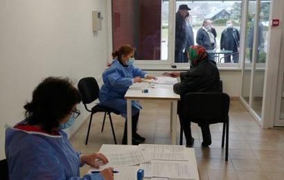 """Senjorų skiepijimas Alytaus rajone: be išankstinės registracijos, stojus į """"gyvą"""" eilę"""