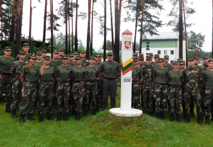 Varėnos pasienio rinktinės pareigūnų gretas papildė 45 absolventai